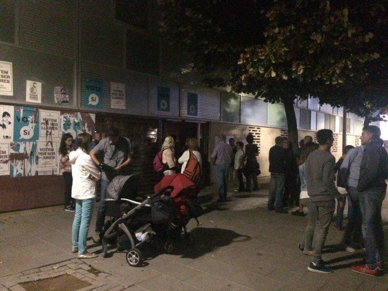 Gent concentrada a les portes del CAP de Cappont.