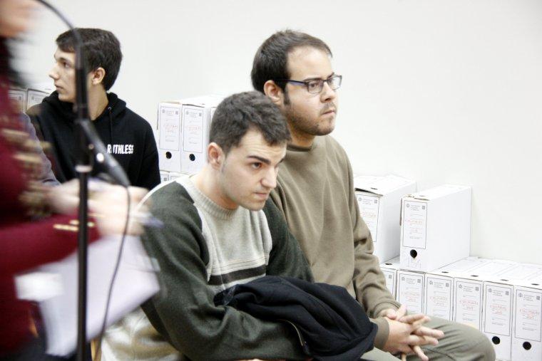 Hasél i Ciniko asseguts al banc dels acusats al penal 3 de Lleida