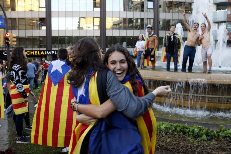 Joves celebrant la proclamació de la República Catalana a Lleida.