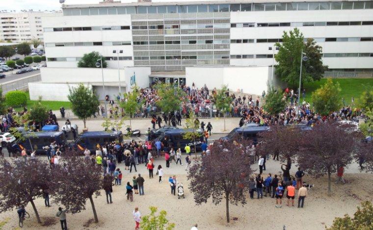 S'emporten les urnes de l'EOI de Lleida.