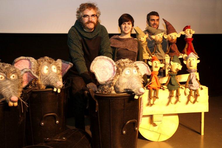 Tres membres de la companyia lleidatana Campi Qui Pugui amb els caps de les rates del seu espectacle 'Rats' i els 7 nans de la Blancaneu