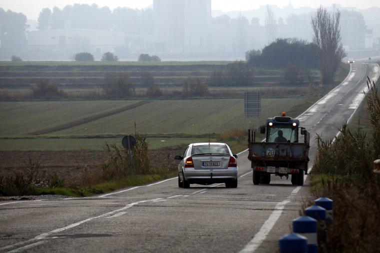 Un cotxe avançant un tractor a la carretera de Linyola a Bellcaire d'Urgell