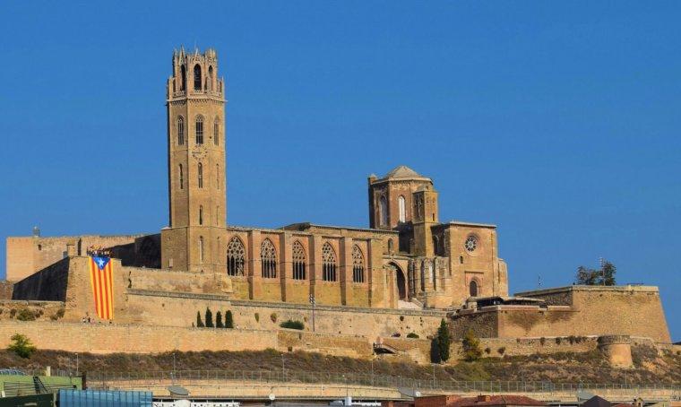 Vista general de la Seu Vella de Lleida amb l'estelada penjada.