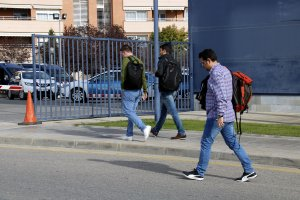 Agents de paisà marxant de la comissaria de Lleida