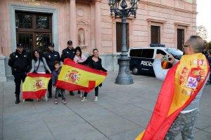 Algunes persones es van fer fotos amb agents de la policia espanyola