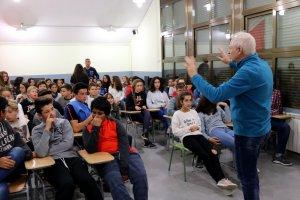 El director del CurtÀneu, Ramon Alero, presentant la mostra als alumnes de l'institut SES Morelló, d'Esterri d'Àneu