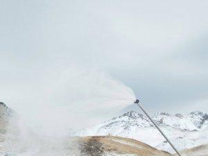 Els canons de neu de Boí Taüll treballen a bon ritme per garantir l'obertura el proper divendres, dia 1 de desembre.