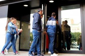 Imatge dels denunciants entrant al Jutjat de la Seu d'Urgell el 18 d'octubre