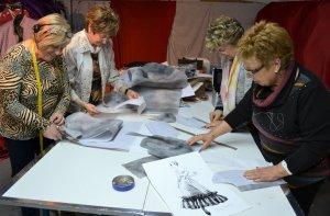 Imatge d'unes dones dissenyant vestits de paper
