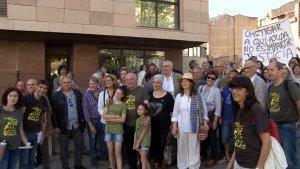 Josep Pàmies, davant els jutjats de Lleida, abans del judici, acompanyat de més de mig centenar de persones