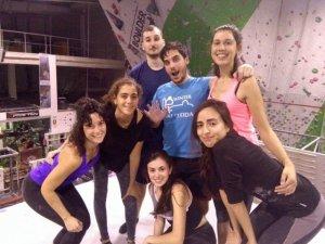Joves que practiquen escalada indoor a Lleida