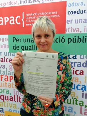 La presidenta de la FaPaC amb les signatures