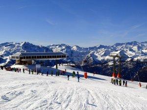 Les pistes de Baqueira amb esquiadors que han estrenat la temporada aquest 19 de novembre