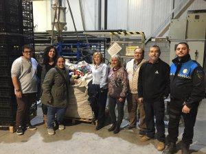 Núria Palau i Marc Ampurdanés, amb els representants de les protectores d'animals i de l'empresa Injectats Gaya, amb un dels 20 sacs de taps de plàstic
