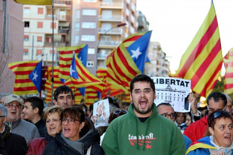 Alguns dels manifestants cridant llibertat, en primer terme, amb estelades onejant darrera, a la manifestació de Lleida