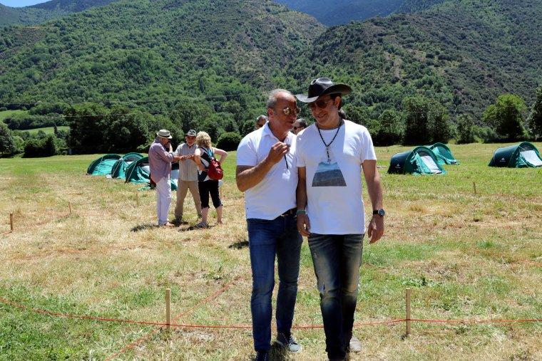 El Neo Sala, director general de Doctor Music, amb el president del Consell Comarcal del Pallars Sobirà, Carles Isús, a l'esplanada d'Escalarre