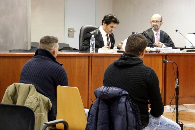 Els dos acusats de lesions i avortament, durant el judici a l'Audiència de Lleida