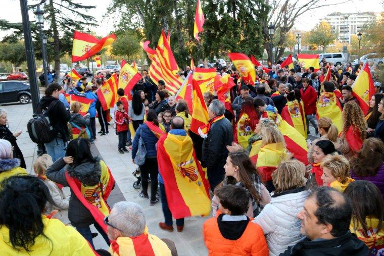 Els manifestants davant de la Subdelegació del Govern a Lleida