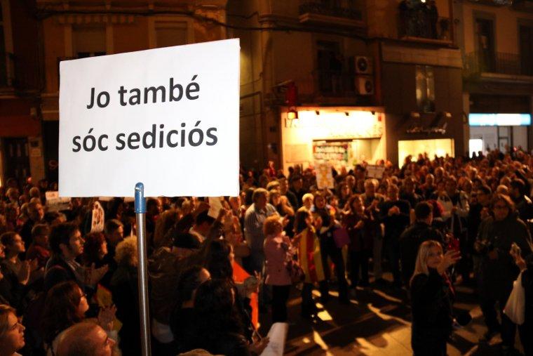 Fins a 2.000 persones s'han concentrat a la Plaça de la Paeria de Lleida.
