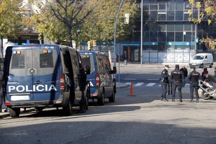 Furgones i policies al davant de la comissaria de la policia espanyola a Lleida