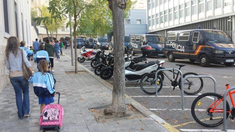 Imatge de Lestonnac de Lleida amb les furgonetes de la Policia Nacional