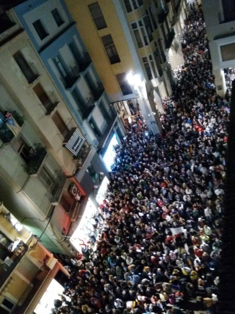 La Plaça de la Paeria de Lleida, plena a vessar.