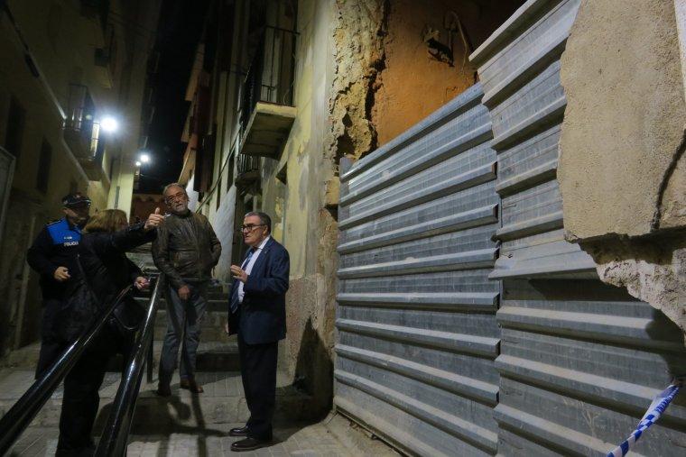 L'alcalde de Lleida visitant l'edifici afectat.
