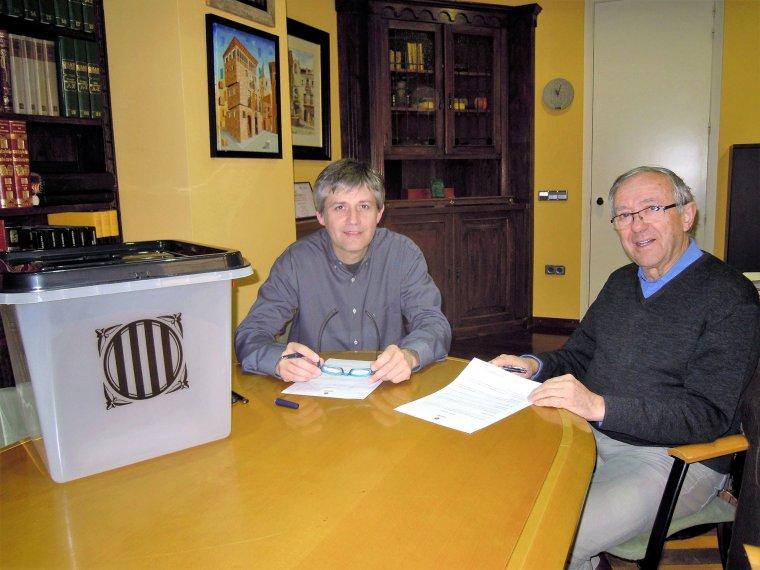 L'alcalde de Solsona, David Rodríguez, i el director del Museu, Lluís Prat, en el moment de la cessió