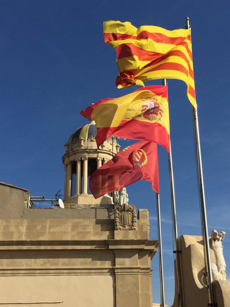 Les banderes catalana, espanyola i de Lleida al terrat del Palau de la Paeria