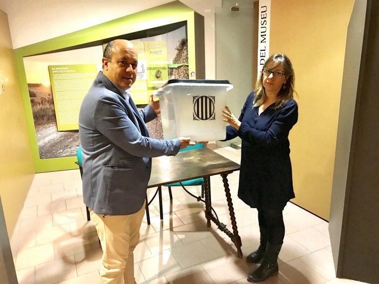 Ramon Royes entrega una urna al Museu de Cervera.