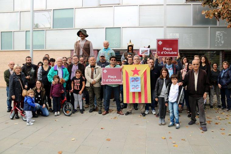 Veïns participants en l'acte del canvi de nom de la Plaça 1-O.