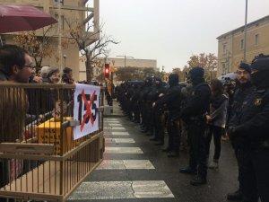 Fort cordó policial d'agents dels Mossos d'Esquadra a les portes del Museu de Lleida.