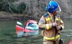 Imatge del cotxe que ha caigut aquest dimecres al riu Noguera Pallaresa.
