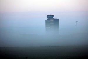 La terminal de l'aeroport de Lleida-Alguaire envoltada per la boira