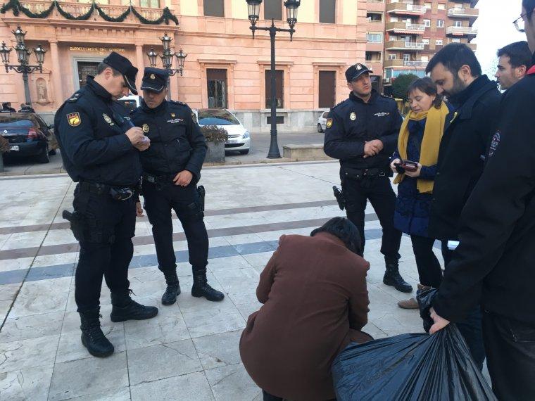 Agents de la policia espanyola identificant a membres de la CUP al davant de la subdelegació del govern espanyol a Lleida