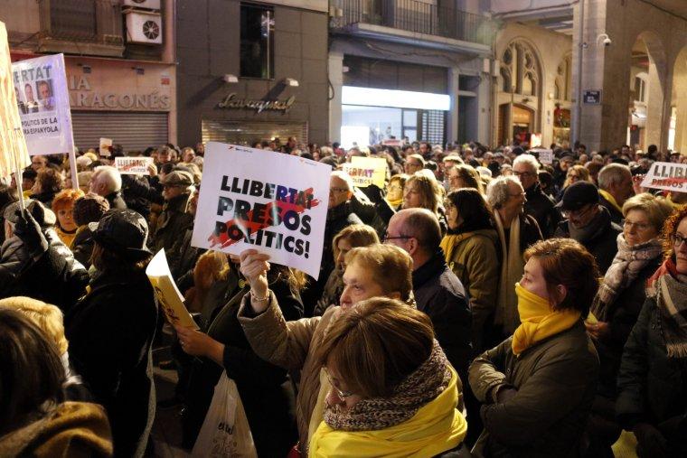 Centenars de persones concentrades a la plaça Paeria de Lleida per reclamar la llibertat dels presos polítics