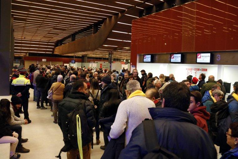 Imatge de centenars de persones esperant per embarcar a l'aeroport d'Alguaire