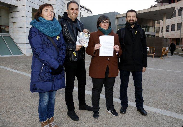 La candidata de la CUP per Lleida, Mireia Boya, acompanyada d'altres membres de la formació, amb la queixa a la Junta electoral davant els jutjats de Lleida
