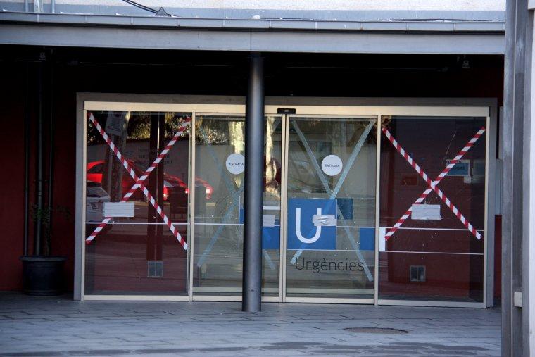 La porta d'urgències de l'Hospital de La Seu d'Urgell, amb les proteccions que s'hi han col·locat després que es trenques