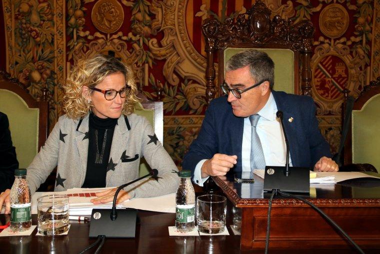 L'alcalde de Lleida, Àngel Ros, parlant amb la tinenta d'alcalde i regidora d'Hisenda, Montse Mínguez, durant el Ple de la Paeria de pressupostos per al 2018