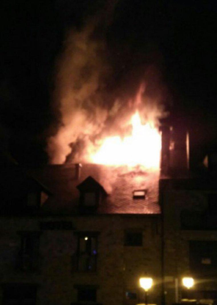 Les flames han afectat l'última planta d'un hotel de València d'Àneu.