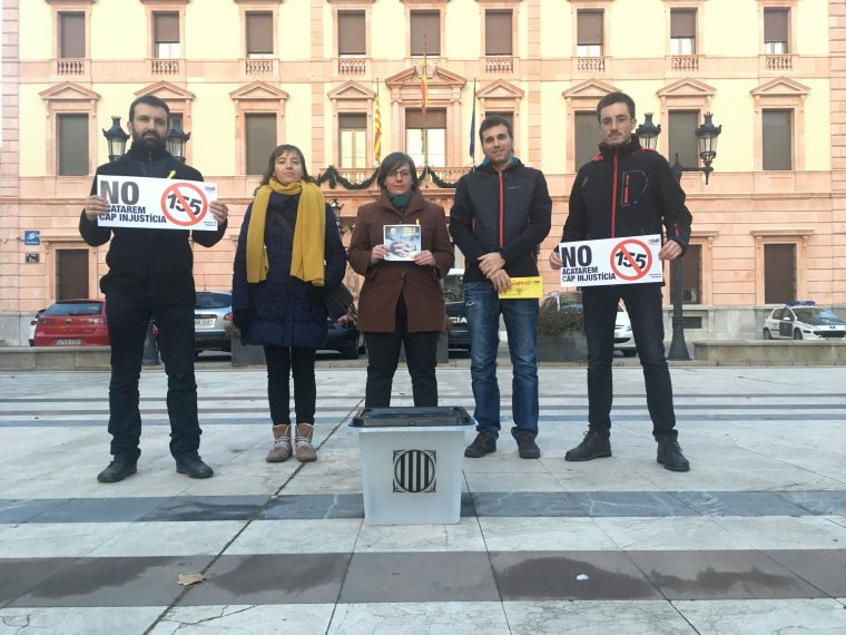 Mireia Boya i Pau Juvillà amb altres membres de la CUP i una urna de l'1-O al davant de la subdelegació del govern espanyol a Lleida