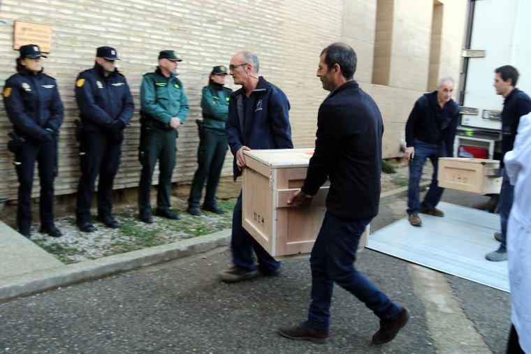 Operaris transportant caixes al Monestir de Sixena amb algunes de les obres d'art procedents dels Museu de Lleida.