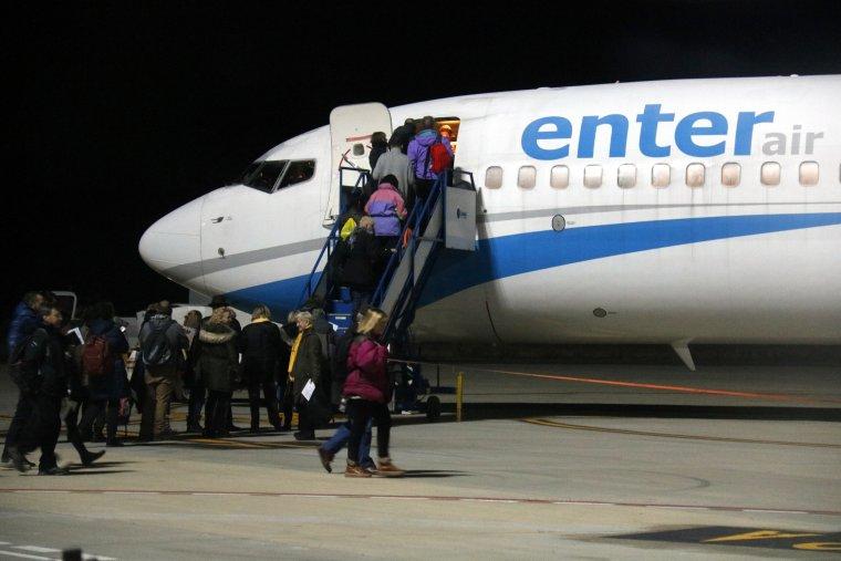 Passatgers pujant a un dels primers vols que ha sortit des d'Alguaire