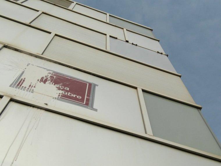 Una de les plaques de la rebatejada com a plaça '1 d'octubre' tacada amb pintura blanca