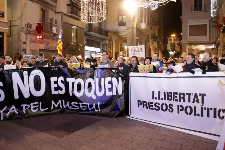 Una pancarta dels presos polítics i una altra de defensa del Museu de Lleida