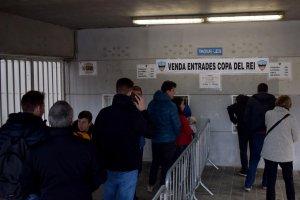 Cues per comprar entrades pel partit de Copa del Rei entre el Lleida Esportiu i l'Atlètic de Madrid.