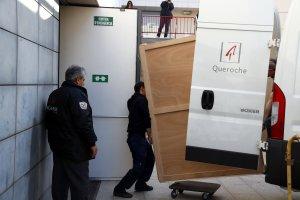Tècnics carregant el quadre de 'La Immaculada' del Museu de Lleida per traslladar-lo al Monestir de Sixena