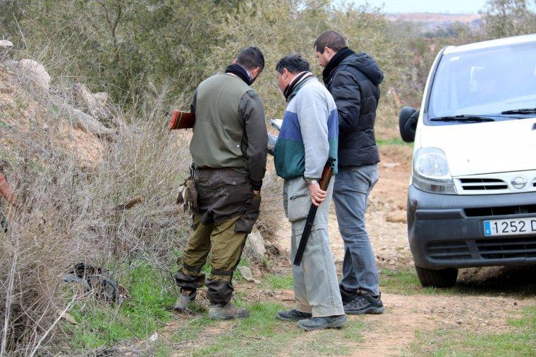 Companys del caçador detingut per la mort de dos agents rurals a Aspa. Imatge del 21 de gener de 2017