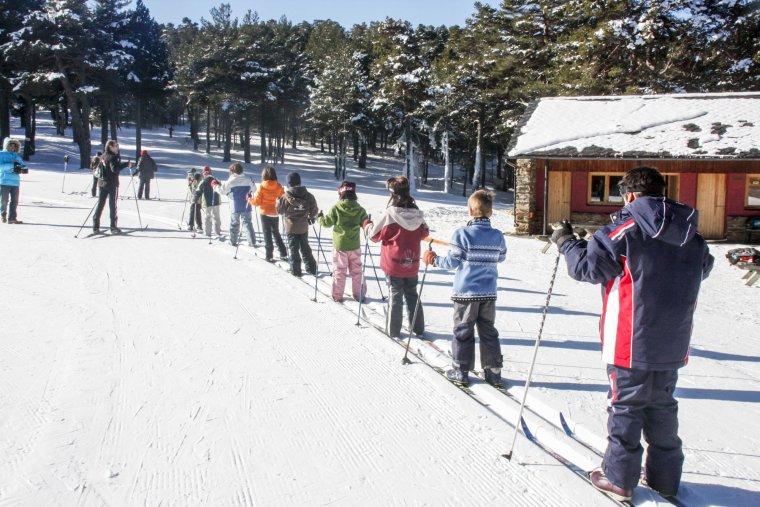 Imatge d'alumnes dins el programa Esport Blanc Escolar practicant l'esquí de fons a Sant Joan de l'Erm